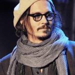 ジョニーデップが愛用するメガネのブランドは?サイズと形も検証!